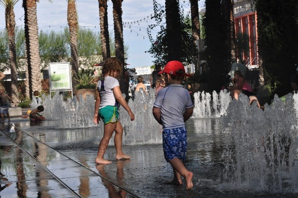 Splashpad at Scottsdale Quarter outside Zin Burger
